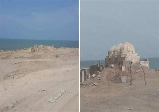 سلفيون موالون للإمارات يفجرون مسجداً أثرياً غربي اليمن