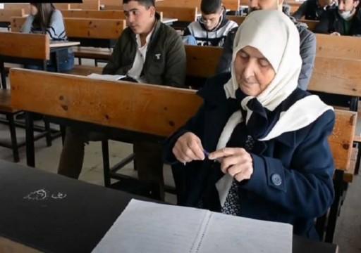 نجلاء برغل.. عجوز فلسطينية تتخرج من الجامعة في قسم المعلومات