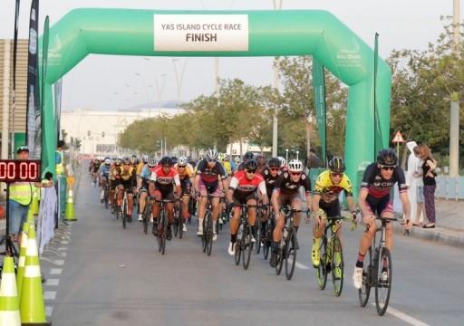 رياضيون يغادرون فندقا في أبوظبي قبل الموعد المتوقع