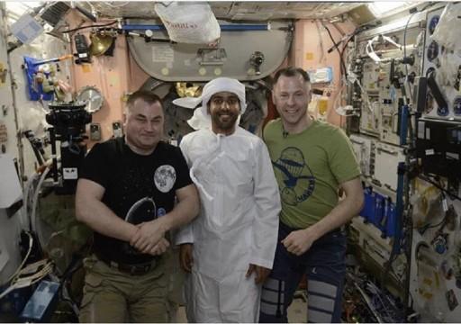 بالصور.. هزاع المنصوري يرتدي الزي الوطني على متن محطة الفضاء