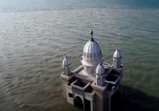بالصور.. مسجد عائم في إندونيسيا يتحدى الزلزال