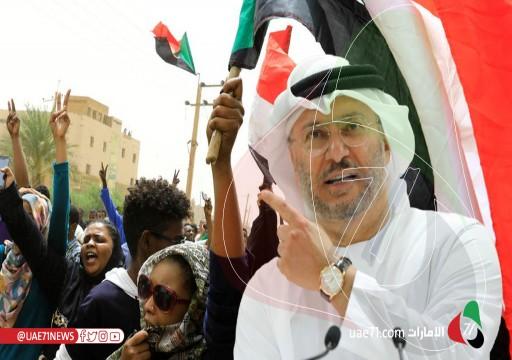 في زيارة رسمية.. قرقاش يصل إلى السودان ويلتقي عددا من المسؤولين