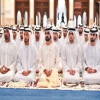 محمد بن راشد والحكام يؤدون صلاة عيد الفطر
