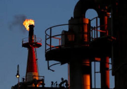 أسعار النفط قرب ذروة شهر ونصف بدعم تراجع المخزونات الأمريكية