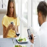 دراسة: استخدام الهاتف أثناء تناول الطعام يقضي على سعادتك