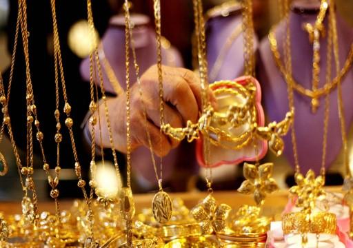 الذهب يهبط 2% مع انحسار التوقعات لخفض للفائدة الأمريكية