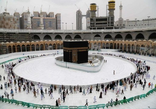السعودية تعلق التواجد والصلاة في ساحات الحرمين بسبب كورونا