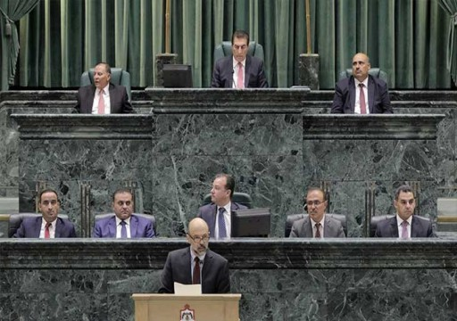 نائب أردني يتساءل: «لماذا نعفي الملك من الضريبة؟»… وآخر يهين رئيس الوزراء في جلسة للبرلمان