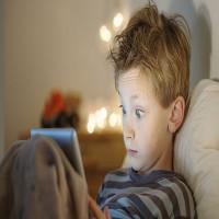 دراسة تحذر من استخدام الأطفال للهواتف قبل النوم