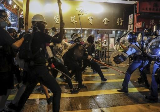 الشرطة تفرّق بالقوة محتجين في هونغ كونغ