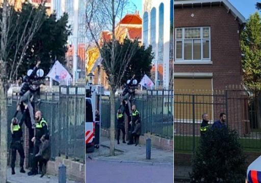 متظاهرون يرشقون السفارة الإيرانية في هولندا بالحجارة