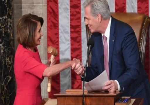 زعيم الجمهوريين في النواب الأميركي يعبّر (مازحاً) عن رغبته في ضرب نانسي بيلوسي