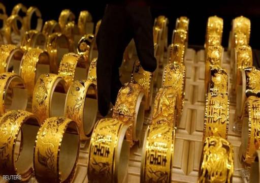 الذهب ينزل 1% لأدنى مستوى مع صعود الأسهم والدولار
