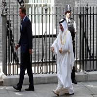 تكتل معارض يدعو لاعتقال عاهل البحرين فور وصوله إلى لندن