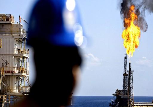 النفط متباين بفعل توقع تراجع مخزونات الوقود الأمريكية
