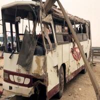 وفاة وإصابة 47 شخصاً بتصادم حافلة ومركبتين في أبوظبي