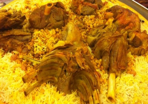 امرأة تطهو صديقها وتقدمه كوجبات لعمال باكستانيين في مدينة العين