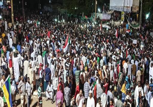 سودانيون يرفضون مساعدات إماراتية ويمنعون قافلة من دخول الاعتصام