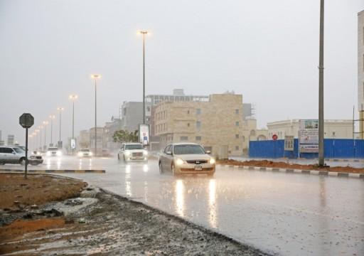 أمطار غزيرة ومتوسطة على إمارات الدولة ودعوات لأخذ الحيطة والحذر