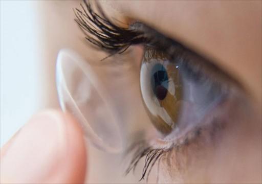طبيبة عيون أمريكية: العدسات اللاصقة قد تزيد من فرص الإصابة بكورونا