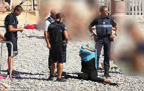 الشرطة الفرنسية تجبر امرأة على خلع البوركيني في فرنسا