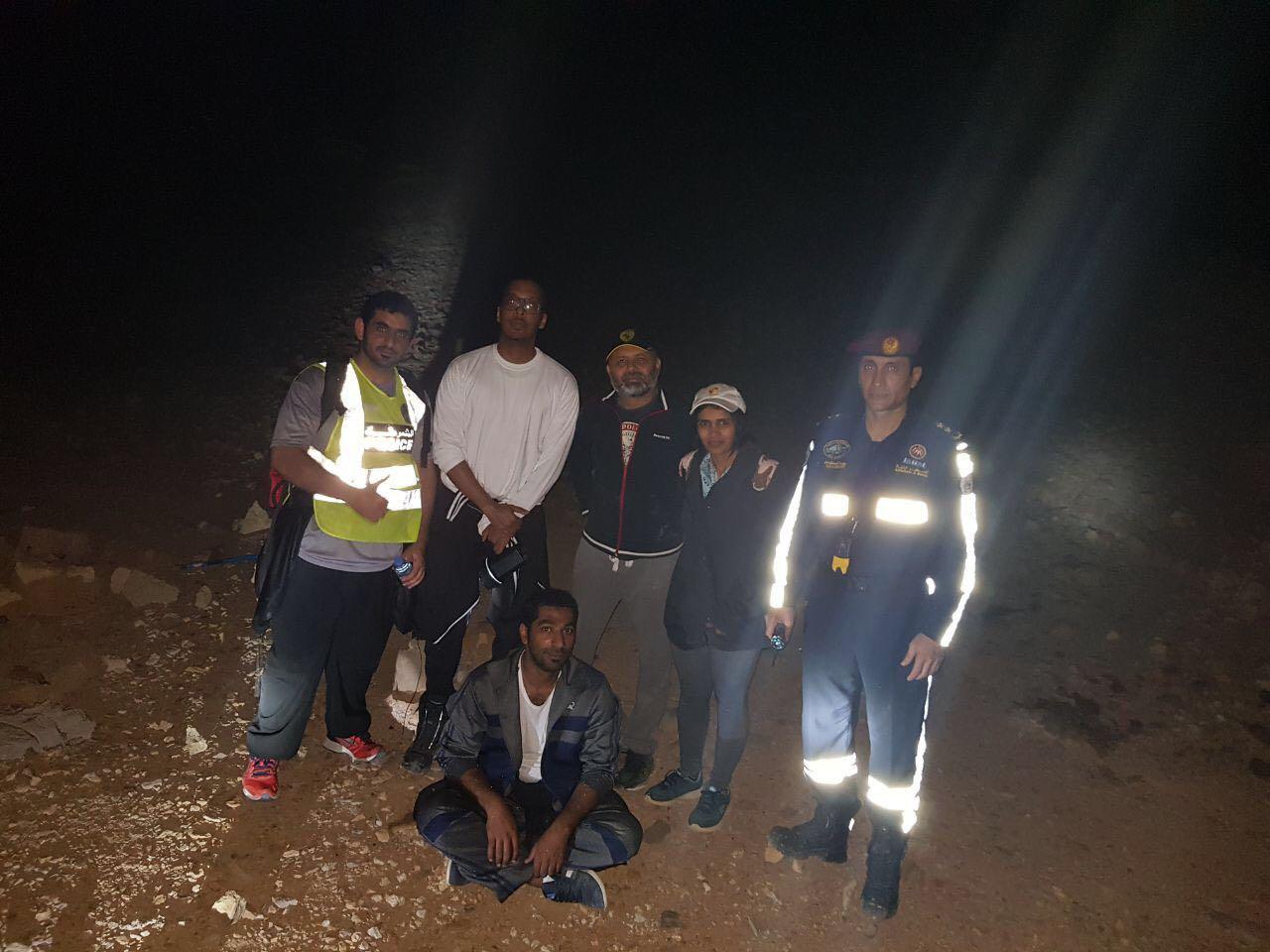 شرطة رأس الخيمة تنقذ زوجين ضلا الطريق في جبال الإمارة