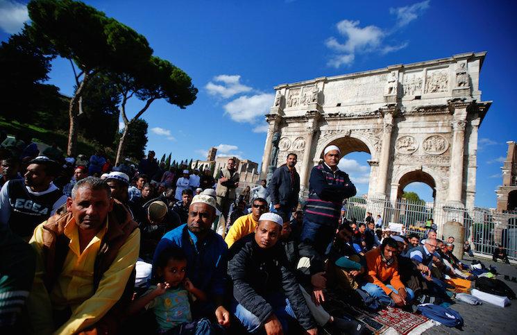 مسلمو إيطاليا يحتجون على إغلاق 5 مساجد مع غياب تسامح البابا وزائريه