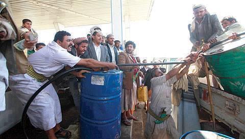 أزمة نفط باليمن.. الحكومة توجه بشراء البنزين بصورة عاجلة لمواجهة النقص