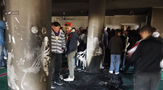 متطرفون إسرائيليون يحرقون مسجداً في الضفة الغربية
