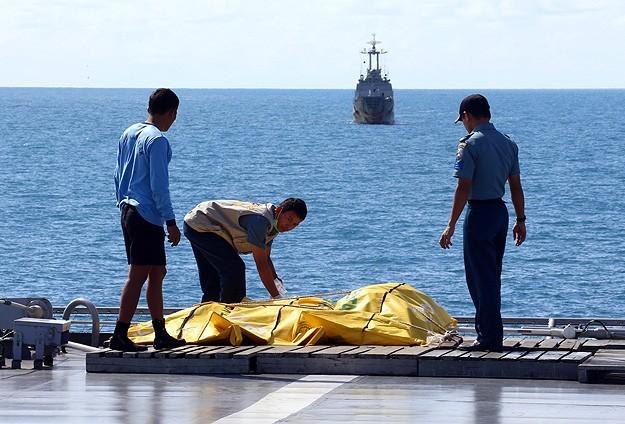 انتشال 6 جثث جديدة من ضحايا الطائرة الماليزية المنكوبة