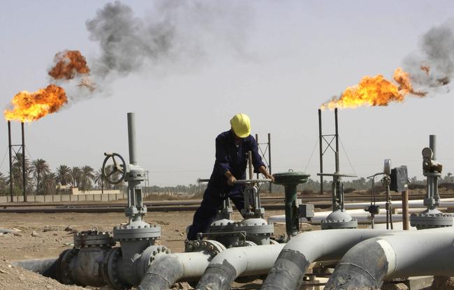 النفط يقترب من 44 دولارا عند أدنى مستوى منذ مايو بفعل تخمة المعروض