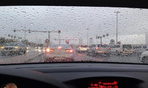 الأمطار تتساقط على العاصمة أبوظبي