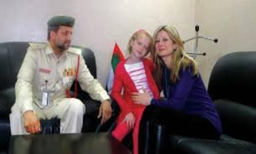 شرطة دبي تجمع أماً بطفلتها بعد غياب ثمانية أشهر