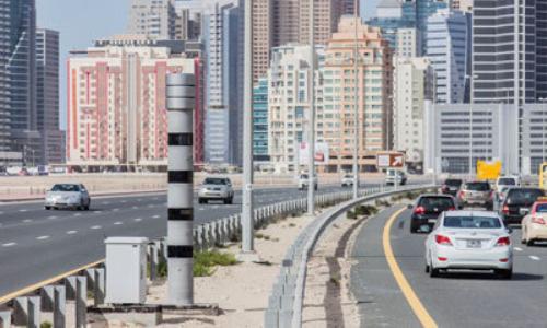دبي: رادارات لرصد عدم ترك المسافة الكافية بين المركبات