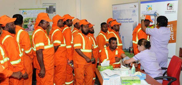 """""""إدارة النفايات"""" تجري فحوصا طبية لـ 2000 عامل نظافة في دبي"""