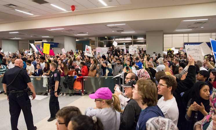 قاضية تمنع ترحيل المسافرين الموقوفين في المطارات بموجب قرار ترامب