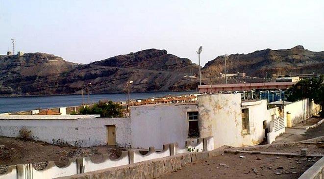 الطيران الحربي الموالي للحوثيين يقصف قصر الرئاسة في عدن