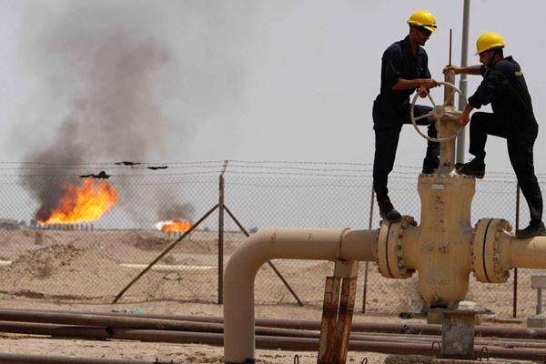 النفط يعاود الارتفاع من أقل سعر في شهر