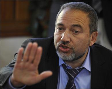 ليبرمان يدعو إلى وقف قناة الجزيرة عقابا لقطر