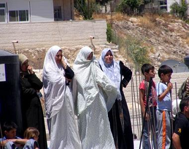 الإمارات توزع مساعدات على عائلات مقدسية في فلسطين