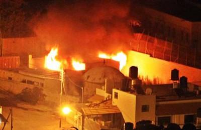 فجر يوم الغضب.. فلسطينيون يحرقون معلما يهوديا ويرفعون العلم فوقه