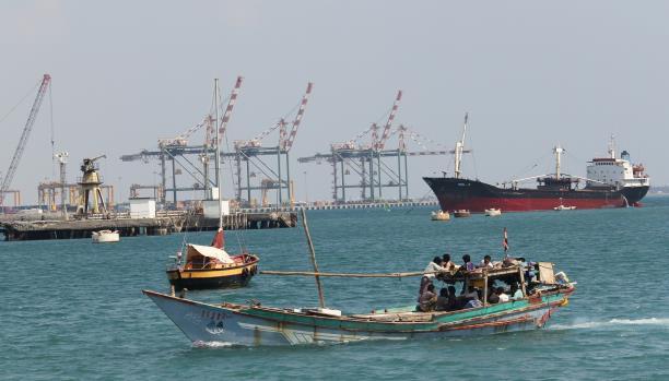 قوة مدعومة من أبوظبي تجبر سفينة تجارية صينية على مغادرة ميناء عدن