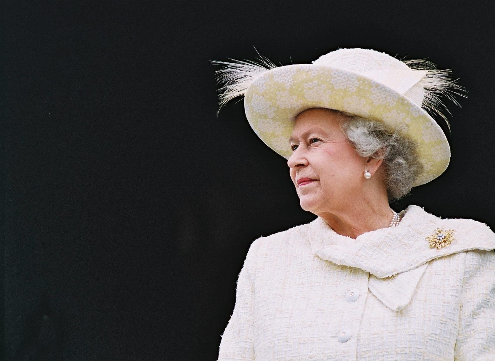 الملكة إليزابيث تقدم أوسمة لثلاثة بريطانيين مقيمين في الإمارات