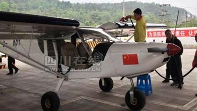 طائرة تتزود بالوقود في محطة وقود السيارات