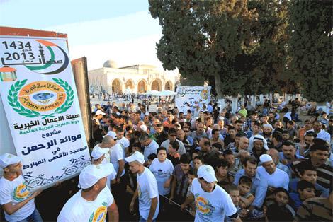 الأعمال الخيرية الاماراتية تقدم 150 ألف وجبة للمصلين في الأقصى