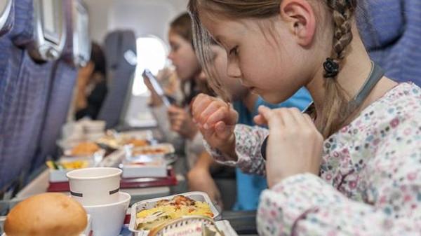 لماذا لا نحب مذاق الطعام على الطائرة؟