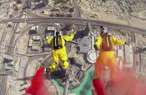 مظليان يحققان رقما قياسيا بالقفز من برج خليفة