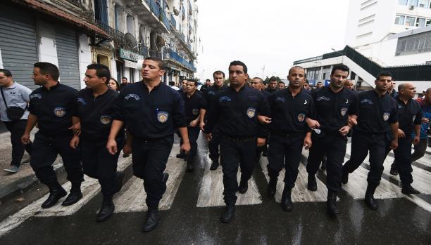 أفراد من الشرطة الجزائرية يتظاهرون وسط العاصمة