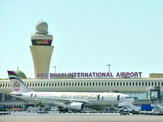 مطار أبوظبي يقلص الإجازات استعداداً للعطلات