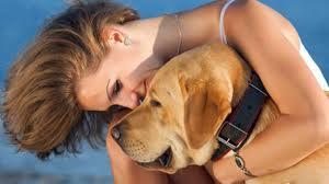 سيدة أمريكية تعض كلبًا